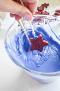 4th of July  Star Spangled Cake Pop- These cake pops are super easy to make and so delicious. 4th of July dessert.