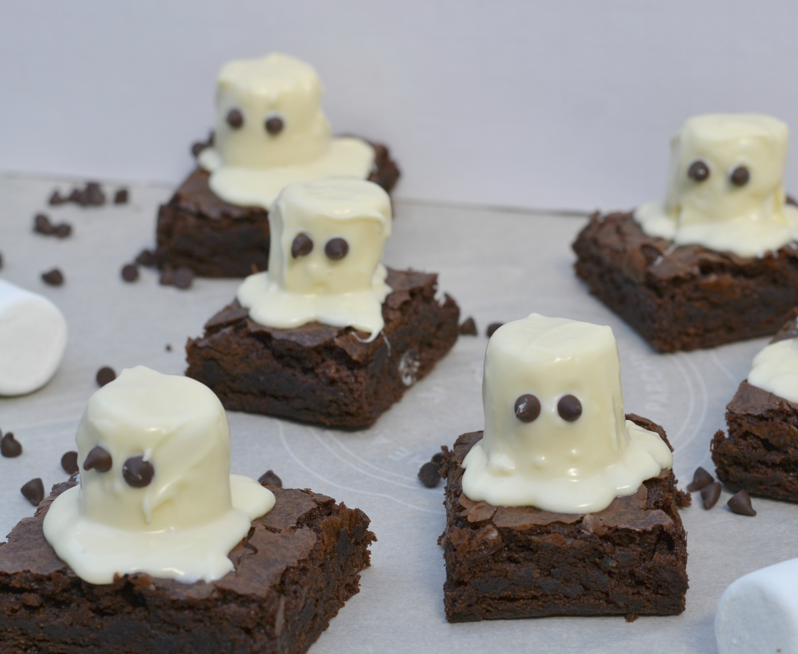 Spooky Halloween Ghost Brownies. Super cute Halloween dessert!